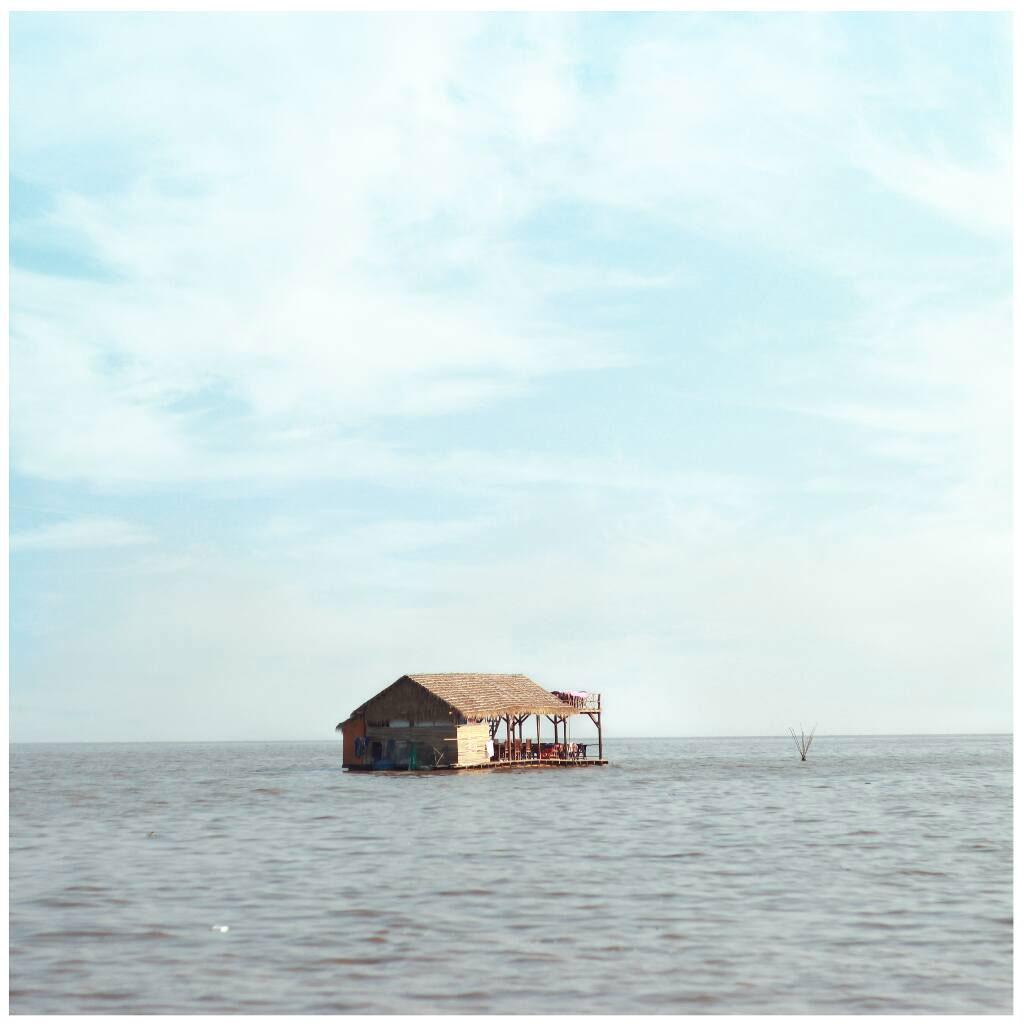 <p>Bầu trời n&agrave;y, m&igrave;nh chụp ở biển Hồ Tonle Sap &ndash; Campuchia. M&igrave;nh đ&atilde; kh&ocirc;ng &iacute;t lần n&oacute;i về biển Hồ v&agrave; chuyến đi Cam Th&aacute;i của tụi m&igrave;nh rồi nhỉ. N&ecirc;n chắc cũng sẽ chẳng cần n&oacute;i nữa đ&acirc;u h&eacute;n. ))) Nh&igrave;n bầu trời n&agrave;y, m&igrave;nh nh&igrave;n thấy được sự v&ocirc; c&ugrave;ng. V&ocirc; c&ugrave;ng của ngh&egrave;o đ&oacute;i, cảnh đời v&agrave; của t&igrave;nh đồng hương.</p>
